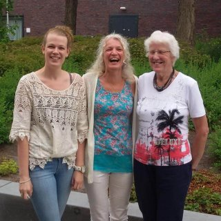 Familieopstellingen, drie generaties: Tineke van Urk tussen haar moeder en dochter Serena