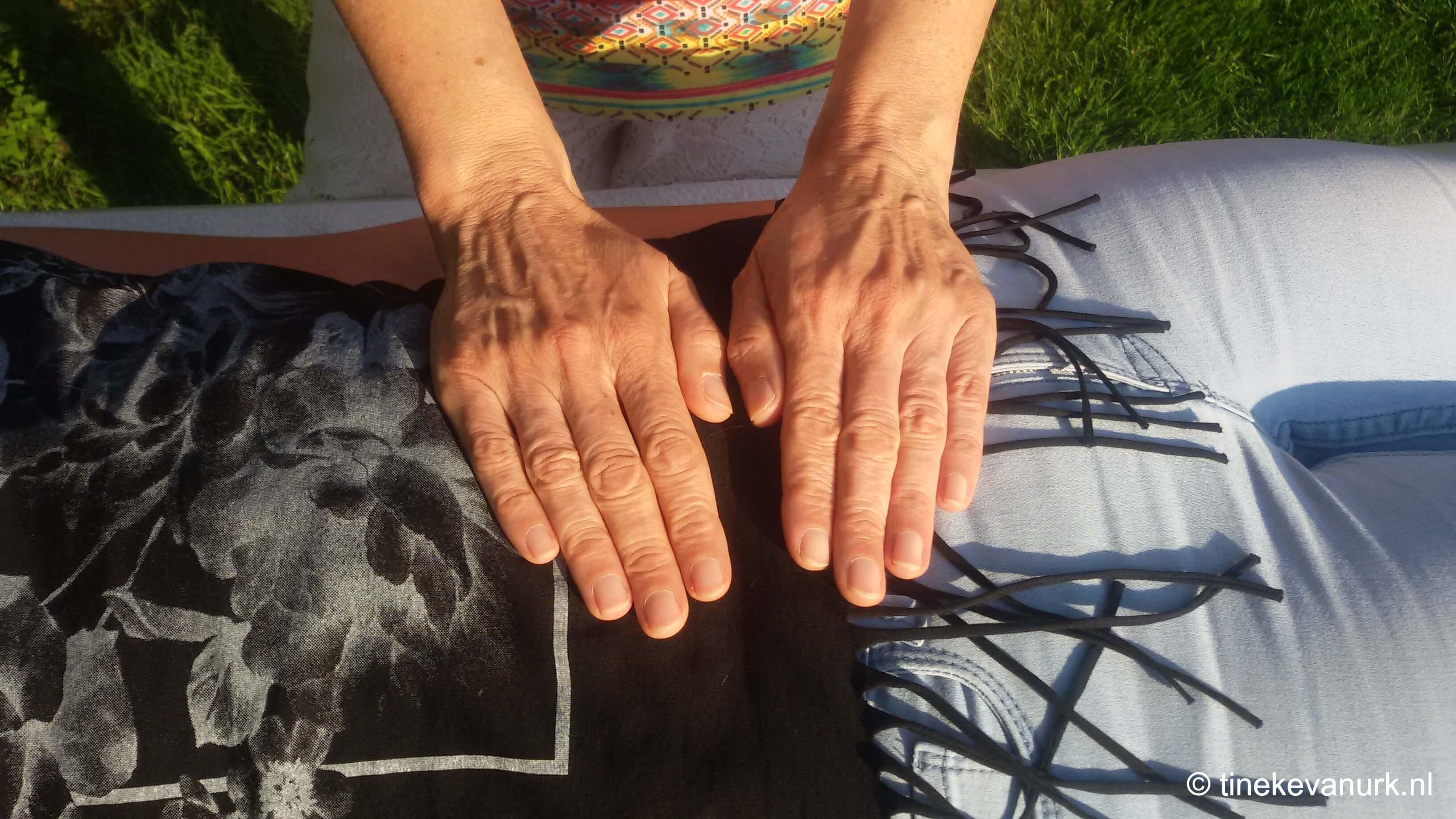 Negende positie voorkant van een volledige Reiki behandeling door Tineke van Urk met Serena Zuiderveld
