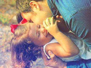 familieopstellingen ouder speelt met kind