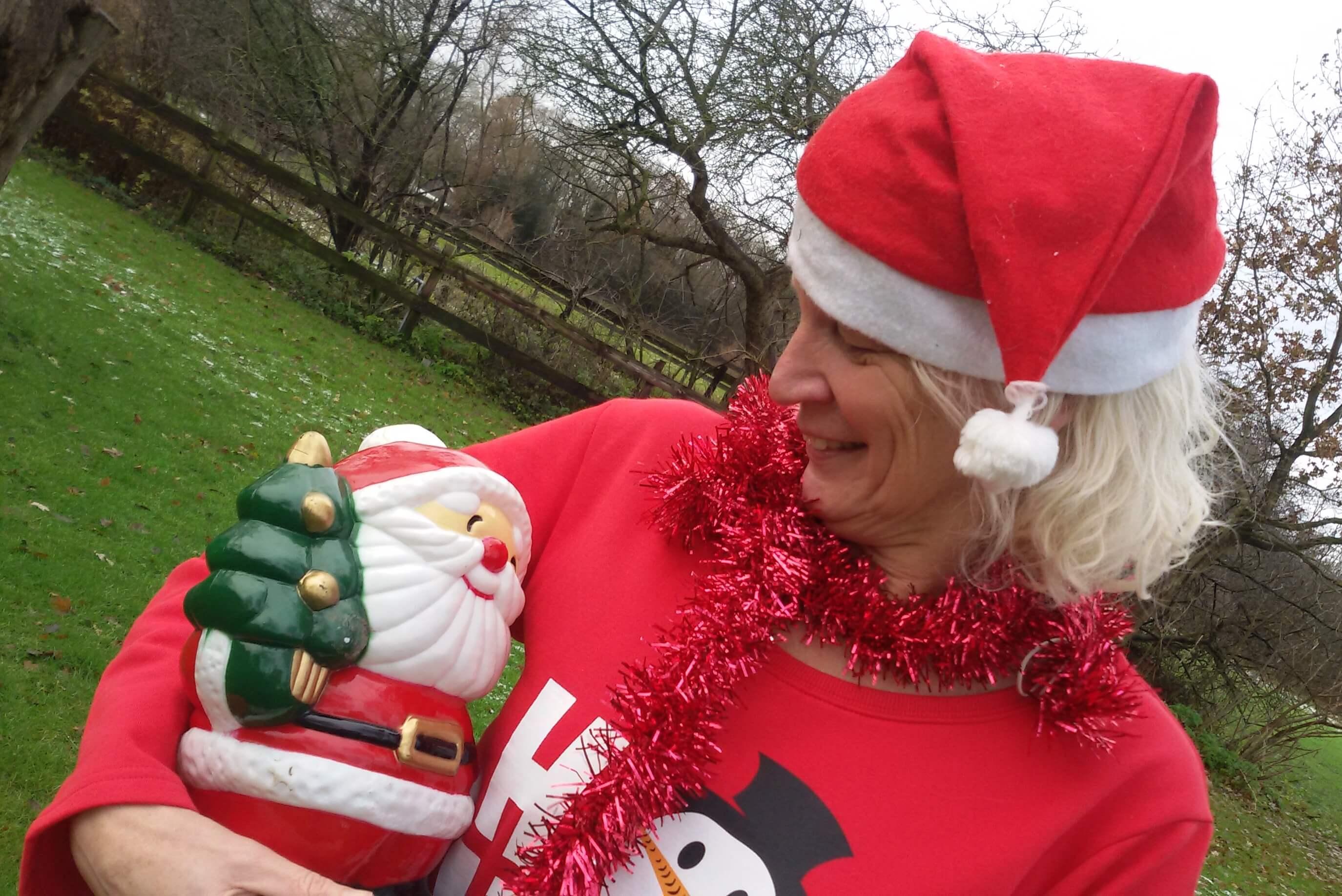 Tineke is al helemaal in kerststemming met vrolijke kerst-slingers en een kerstman (kerstmis 2017)
