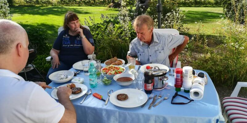 Een simpele maaltijd, maar erg lekker. De verse gado gado staat in het midden en de bbq is heet. Het kampvuur volgt later. Jarige Hans geniet ervan (29 juni 2018)